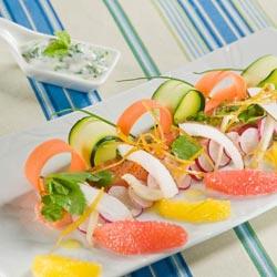 Saumon mariné aux agrumes et noix de coco salade de légumes croquants