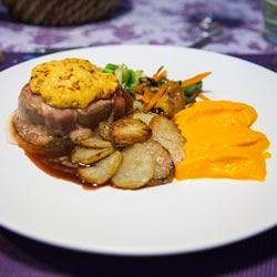 Filet mignon de porc au crumble de chorizo, miroir de vin rouge