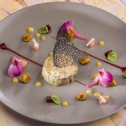 Foie gras des plaines de Limagne veiné au vin rouge, gelée d'hibiscus, chutney de pomme granny.
