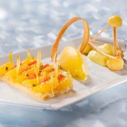 Atomium savarin passion, caviar et segments de fruits