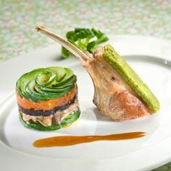 Carré d'agneau et ses légumes comme une moussaka