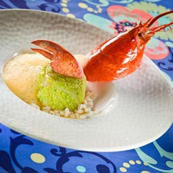 Gâteau de chou, homard et tourteau, bouillon de crustacés à l'orge perlé