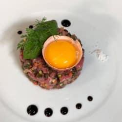 Le tartare de rumsteack et brunoise de légumes, sorbet roquette et lentilles vertes du Puy
