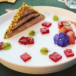 Millefeuille foie gras et cranberries, transparence d'hibiscus et fleurs séchées